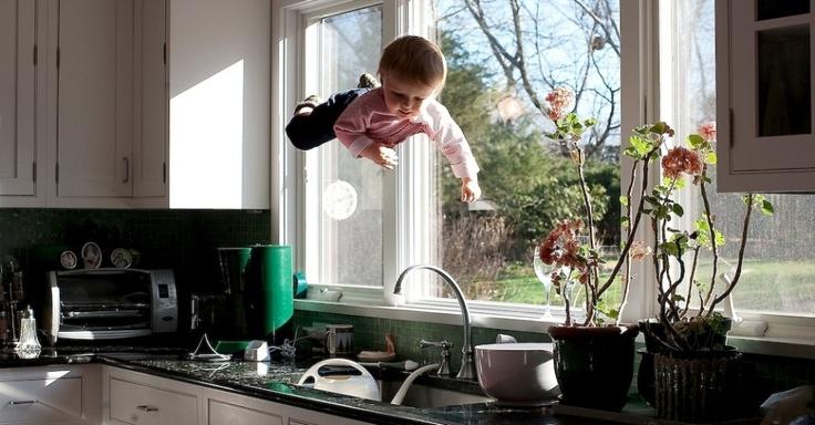 """A fotógrafa Rachel Hulin procura deixar os movimentos do filho bastante realistas nas fotos, para compor imagens """"intrigantes e bonitas"""""""
