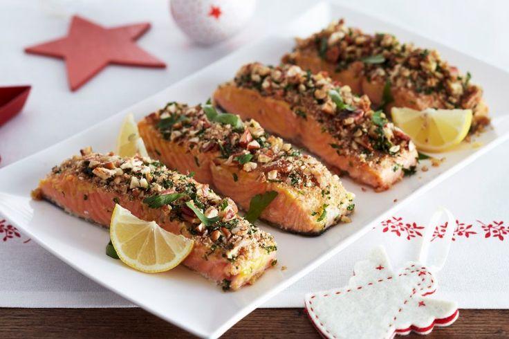 Lachs in knuspriger Nusskruste - Zarte Lachsfilets, die in einer Hülle aus Nüssen und Petersilie serviert werden, bringen genau den richtigen Knusperfaktor mit auf den Tisch.
