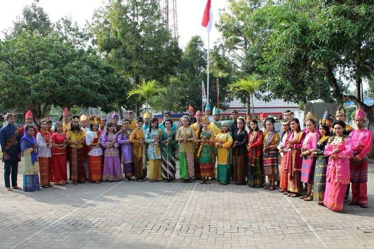 I Love Indonesia #PINdonesia Indonesia adalah negara yang kaya baik seni dan budayanya. Selain itu banyak sekali berbagai macam makanan khas dari Sabang sampai Merauke mempunyai berbagai makanan khas.  Indonesia adalah negara yang beraneka ragam ras/suku yang saling bersatu dan menghormati.