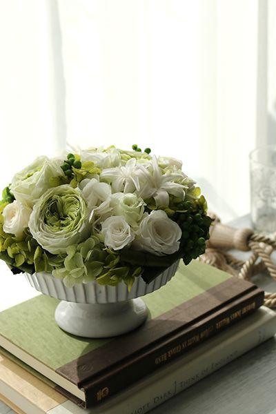 Preserved flower arrangement White & Green プリザーブドフラワーアレンジメント 白&グリーン http://www.fleuriste-glycine.jp/