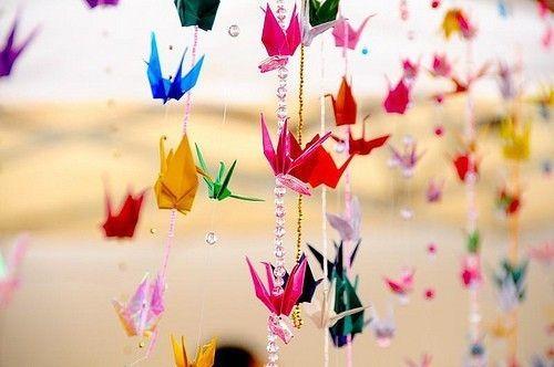 Ну и конечно же, тех самых журавликов нельзя обойти стороной. Их вообще можно применять как угодно, можно сделать из них мобиль, можно украсить ими праздник, можно просто подарить, потому что японский журавлик оригами это символ надежды.