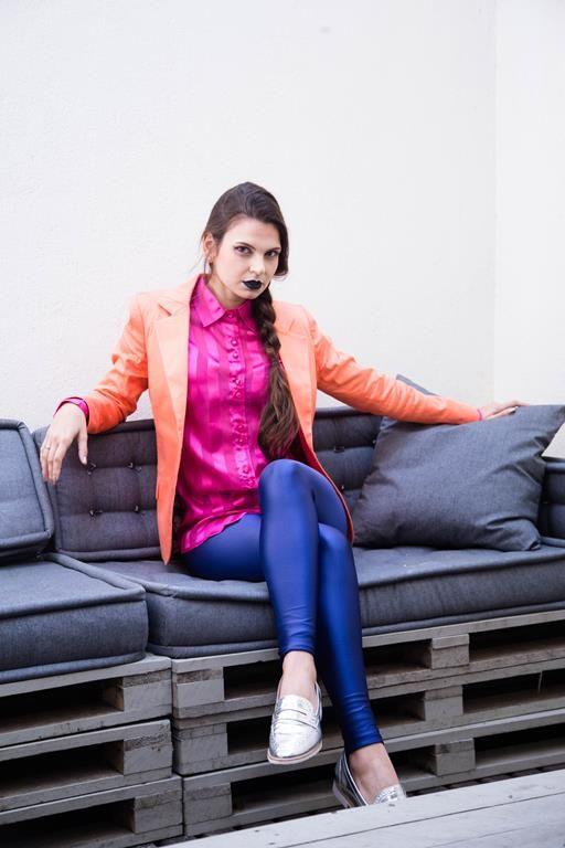 Blazer clássico laranja e camisa rosa Unique, calça legging azul bic Cris Winter