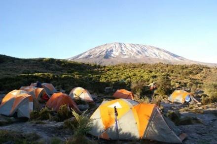 Der längste Tag – ein Reisebericht vom Kilimanjaro: Julius, unser Führer weckt uns um 23.30 Uhr für den Aufstieg zum Gipfel. Hatte ich überhaupt geschlafen oder war es nur ein kurzer traumähnlicher Zustand? Wie auch immer, lange kann es nicht gewesen sein. Ich fühle mich so fit, wie es auf dieser Höhe und nach 4 Tagen ununterbrochenem Wandern eben möglich ist.