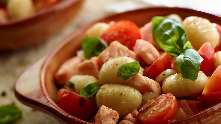 Bramborové noky s lososem, cherry rajčaty a bazalkou