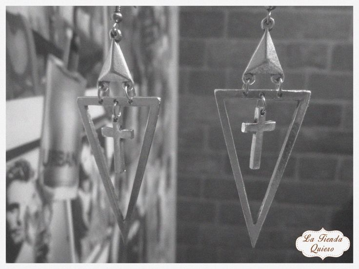 """Aros plateados, con diseños triangulares y una cruz colgando de la base.   El Triángulo es la clave de la geometría y está en la base de la """"sección áurea"""", llamada también """"Proporción Divina""""    Precio: $2.000 Cada Par. (Fijamos una estación del Metro de Santiago, para hacer entrega del producto)    La Tienda Quiero  """
