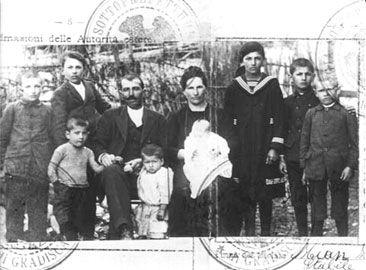 Foto de passaporte de família italiana, de 1923. Interessante notar que se trata de um único passaporte para toda a família. Muitas famílias de imigrantes eram numerosas, com a da foto. Mas também havia casais com um ou dois filhos, homens casados sem a família (que viria depois) e jovens solteiros. (Memorial do Imigrante)