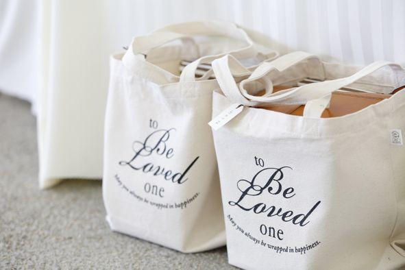 引き出物用のお二人オリジナルバッグ。会場を彩る物の1つになりますね。http://etowa.info