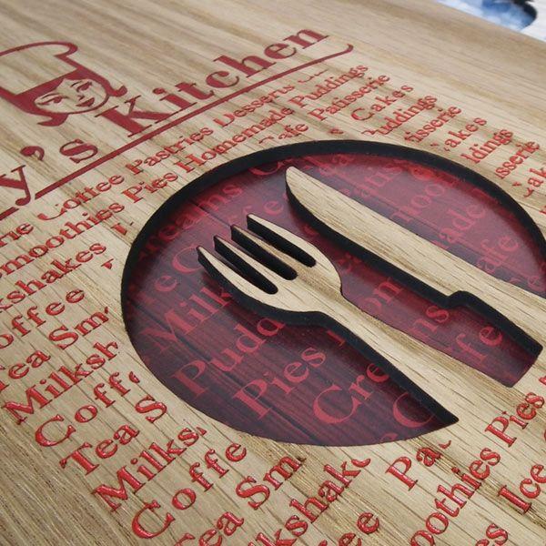 Portamenús en madera perforado y grabado