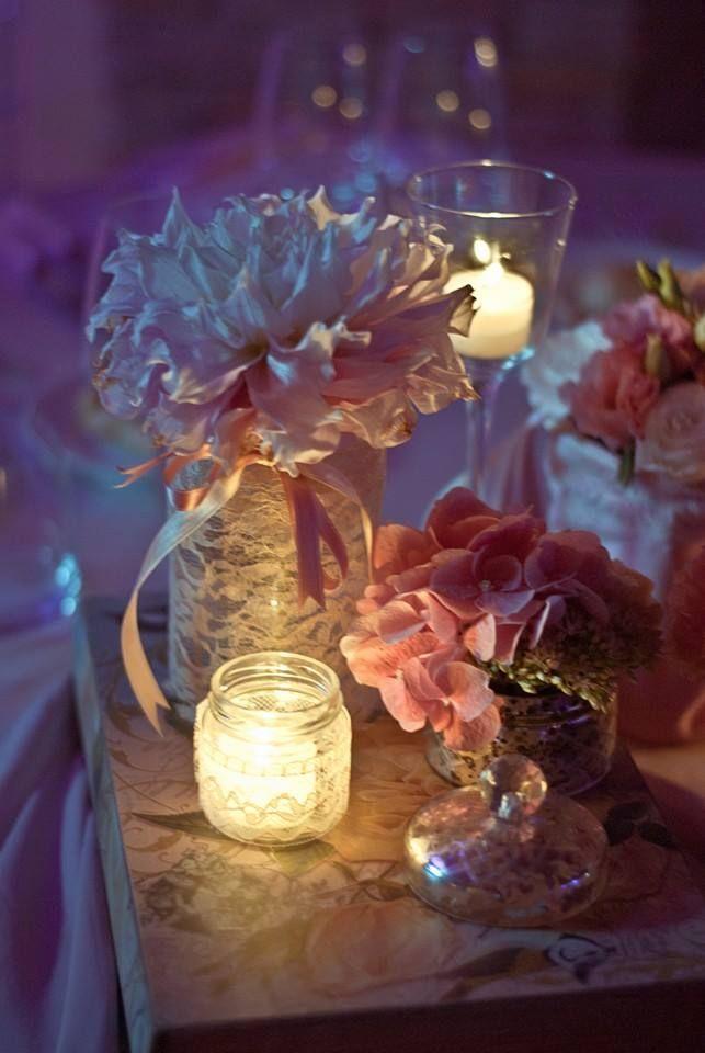 Vasi di vetro rivestiti con pizzo con composizioni floreali e candele. Romina FleurandFlower