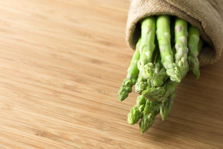 Cuesta trabajo encontrar un alimentos más sano que los espárrago. Son especialmente bajos en calorías 23 Kcal por cada 100 gramos, un valor muy bajo que te permite comer abundantemente este aliment…