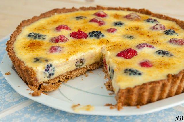 Wie gek is op crème brûlée zal deze taart van Caroline Brouwer, afkomstig uit het kookboek Rutger Bakt, zeker lekker vinden!