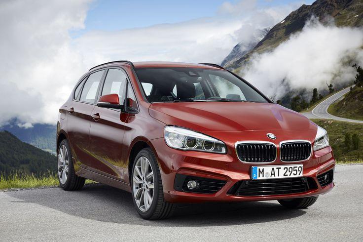 La prima BMW Serie 2 Active Tourer. La BMW Serie 2 Active Tourer dimostra che dimensioni compatte, funzionalità e versatilità possono combinarsi abilmente con un design dinamico. In questo modo la vettura è sempre pronta a partire per attività sportive, viaggi e per l'uso cittadino – con la dinamica che ci si aspetta da una BMW.
