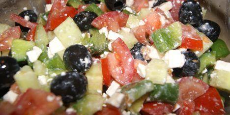 Lav denne græske klassiker og server den sammen med anden græsk mad som f.eks. kødboller eller moussaka. Salaten er fyldt med gode grøntsager som sammen med fetaosten giver en fantastisk smag.