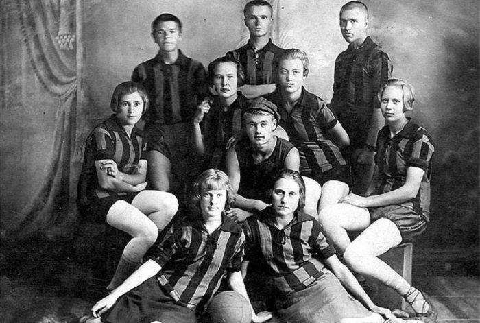 Мужская и женская команды на фотосессии, г. Уржума, 1929 - 1930 года.