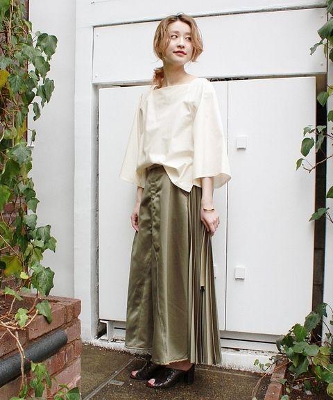 ◆注目のスクエアブラウス  すっきりとしたスクエアのネックにフレアのスリーブがトレンドライクな雰囲気です! 光沢のあるスカートと合わせて艶のあるスタイリングに。