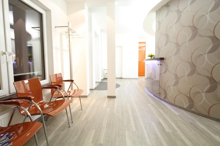Designboden/ PVC-Bodenbelag im Wartezimmer/Empfangsbereich einer Zahnarztpraxis