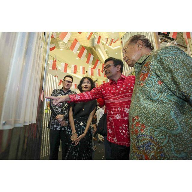 Tepat di hari Kamis 17 Agustus 2017 @sejauh_mata_memandang berkolaborasi dengan Dekranasda Provinsi DKI Jakarta dalam sebuah ekshibisi seni bertajuk Semanggi Kita: Berkarya untuk Indonesia. Semarak tekstil warna-warni bermotif daun semanggi karya sang kreator Chitra Subyakto serta karya seni dari sejumlah seniman muda Tanah Air pun menghiasi atrium @senayancity hingga 26 Agustus mendatang. Dan bersamaan dengan momen istimewa ini pula peresmian Simpang Susun Semanggi oleh Gubernur DKI Jakarta…