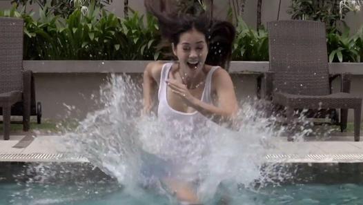 A Kuala Lumpur en Malaisie, des gens ont pu s'amuser à marcher, courir et même danser dans une piscine remplie avec 8000 litres d'oobleck, un fluide non newtonien (un mélange d'eau et de Maïzena). Un fluide non newtonien a la particularité d'avoir une vitesse de déformation non proportionnelle à la force qu'on lui applique. Ici, l'oobleck ressemble à un solide quand on le frappe, mais ressemble à un liquide si on appuie doucement dessus. Une vidéo réalisée par KIX pour la banque Hong Leong.