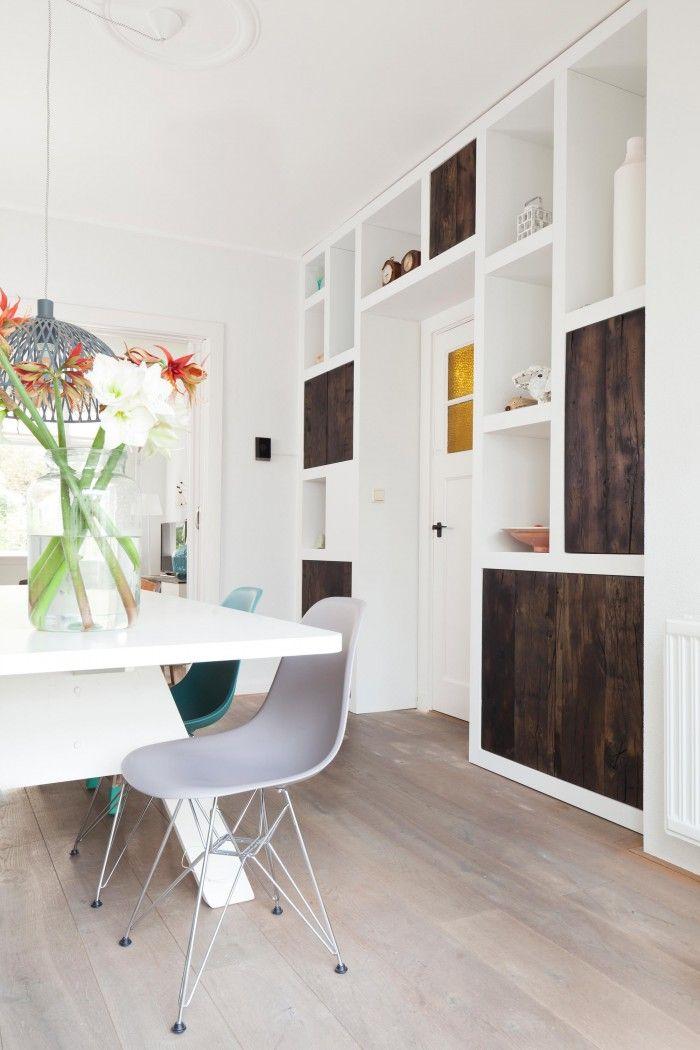 Op maat gemaakte wandkast door Sijmen Interieur, geheel passend bij de uitstraling van het woonhuis. Ruimte om achter de deurtjes serviesgoed op te ruimen en de open vakken zijn leuk om mooie items erin te plaatsen.