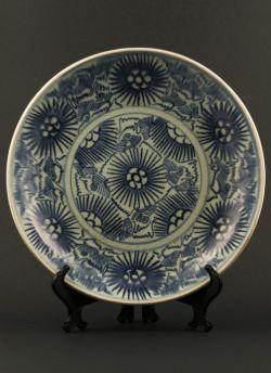 Diana cargo shipwreck dish. Jiaqing (1796 - 1820) Large blue and white dish with stylised floral decoration, derived from the Diana Cargo shipwreck dated to 1817 #antique #chineseporcelain #blueandwhite