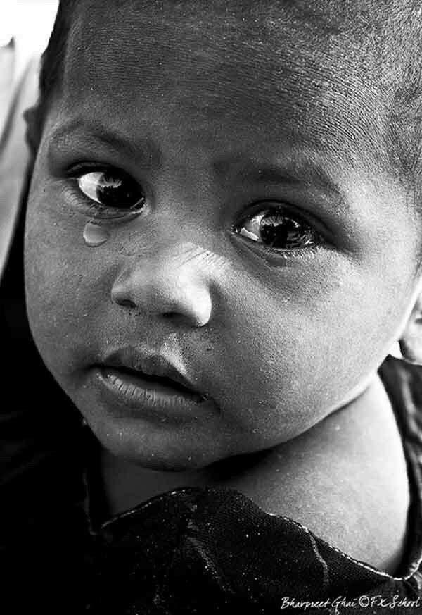 Cuánto pesa una lágrima? La lágrima de un niño caprichoso Pesa menos que el viento, La de un niño hambriento Pesa más que la tierra. Gianni Rodari.