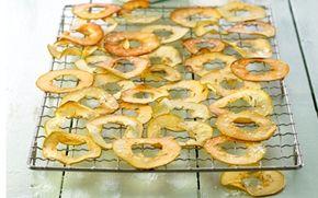 Æblechips Prøv et sundt alternativ til traditionelle chips. Denne opskrift på sunde og lækre æblechips kan nydes som snack, men er også velegnet i en salat!