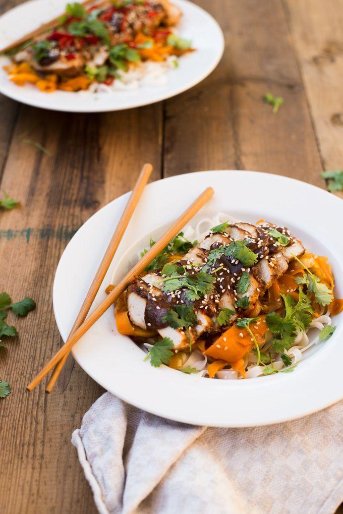 Kurczak w sosie hoisin i warzywami stir-fry. Domowy sos hoisin na bazie powideł śliwkowych.