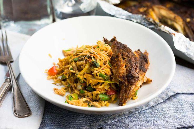 Recept voor gerookte makreel voor 4 personen. Met zout, olijfolie, peper, gerookte makreel, sambal, ketjap manis, ei, oosterse roerbakgroente, rijst, sjalot en knoflook