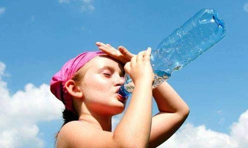 Los #golpesdecalor es cuando aumenta la temperatura interna del cuerpo, sobrepasando los 40Cº. Los síntomas que son: Dolores de cabeza.Náuseas. Sed intensa.  pérdida del conocimiento. Cómo evitar un golpe de calor?  Mantenerse hidratado.  Descansar con frecuencia en lugares con sombras.  Evitar hacer ejercicio físico durante las horas de más sol.  Qué hacer ante un golpe de calor?  Llamar a Urgencias.  Mientras tanto dar una ducha de agua fría al paciente y aplicar compresas húmedas y frías.