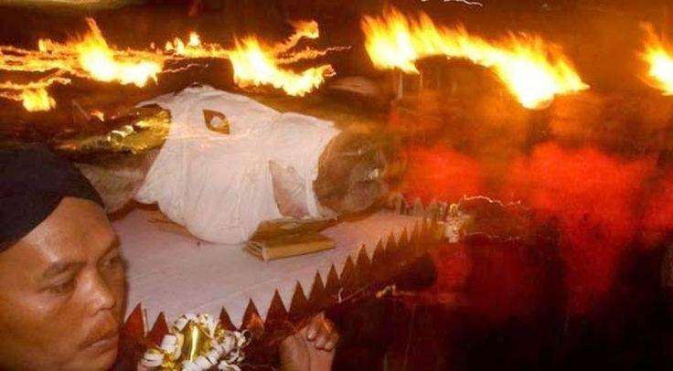 Melabuhkan Kepala Kerbau di Puncak Merapi | AlbarruNews