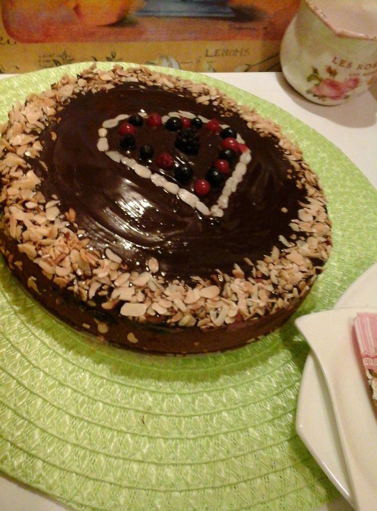 Málnás-csokoládé torta, pirított mandulával