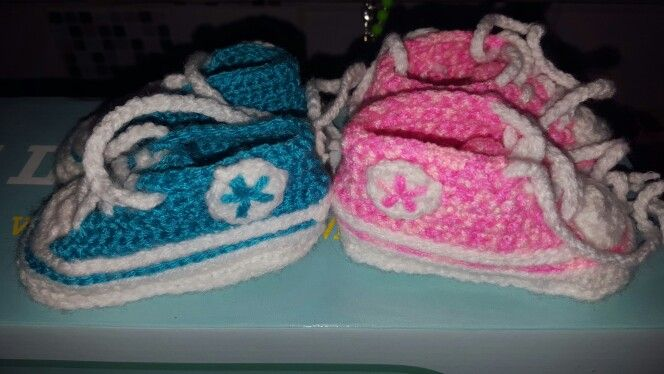 Crochet baby booties. Converse style
