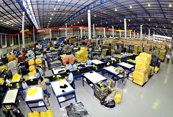 Empresas brasileiras migram para o Paraguai. O Paraguai não faz milagre, é o Brasil que abusa dos impostos. (A brasileira X-plast fabrica brinquedos, utilidades domésticas, mesas e cadeiras de plástico em Ciudad del Este: 70% da produção é exportada para o Brasil).