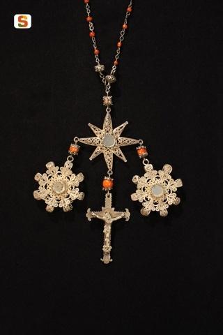Rosario in filigrana d'argento con medaglioni teche portareliquie e crocefisso. presenti anche vaghi di corallo