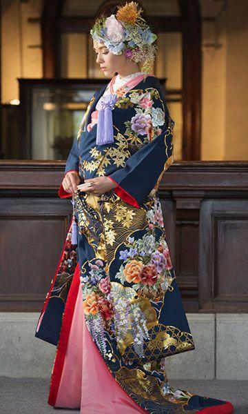 背中から裾にかけて配される四季折々に咲く花を刺繍で表現し、 重ねられる雪輪取りの金箔が豪華 ♡花嫁衣装 色打掛 ネイビーの参考一覧♡