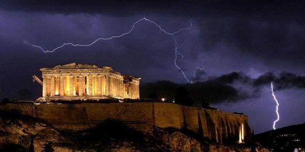 Κινδυνεύει να καταρρεύσει η Αθήνα; Αντιμέτωπη με βία ανεργία και φυσικές καταστροφές