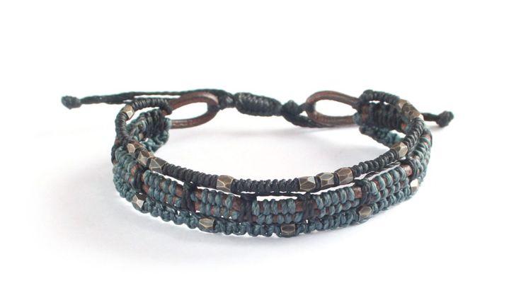 Armband från #Wakami i läder med färgtoner av svart och grått med accenter i antikverad metall.