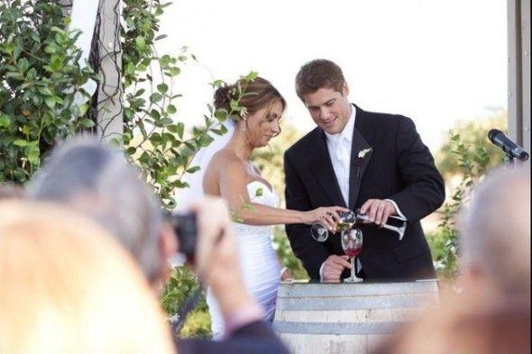 cerimônia do vinho, casamento http://casarei.net/2015/07/a-cerimonia-do-vinho-e-o-ritual-da-carta-e-da-caixa-de-vinho/