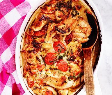 Kycklingfiléer med tomat och färsk basilika täcks av en gräddig sås med vitlök, senap och soja – och så skjuts in i ugnen! Serveras med kokt ris blir det en fenomenal kycklingrätt för alla dagar då tiden är knapp.