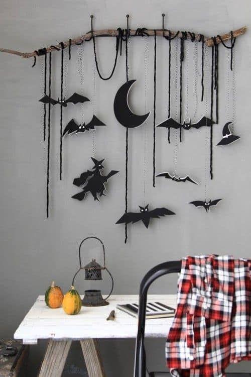 Une branche, une sorcière, des chauve-souris, simple mais efficace pour une déco d'halloween