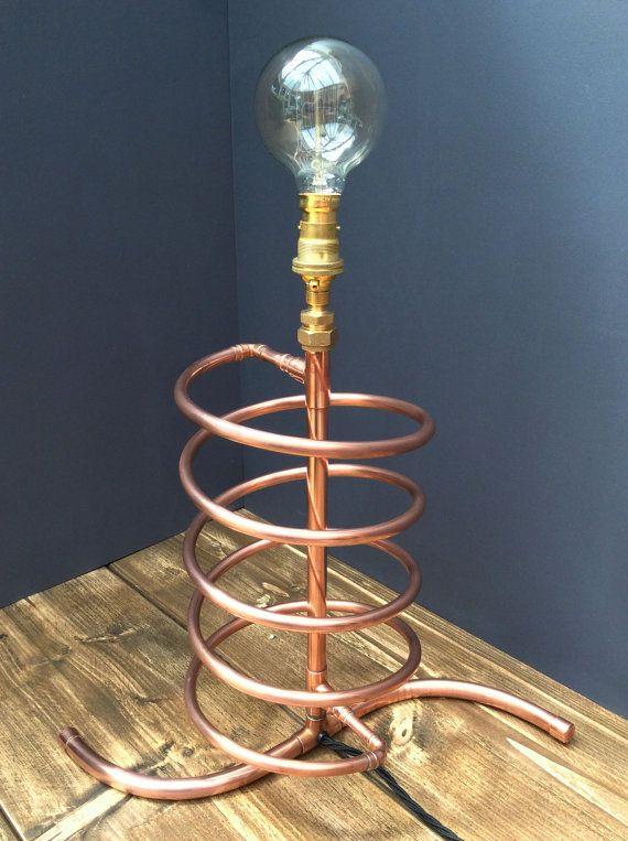 LAMPE DE TABLE STYLE STEAMPUNK RÉTRO INDUSTRIEL SPIRALE   Vous êtes connecté à une lampe de table entièrement fabriqués à la main, créée avec 10mm et 15 mm cuivre tuyau. Cette lampe est unique et différent, il serait améliorer n'importe quelle pièce et aussi être un sujet de discussion.  Il dispose d'un  en forme de base et croissant en spirale autour de la canalisation verticale principale. Le raccord en laiton et la lampe porte contient un style Edison, l'ampoule à filament, ajoutant à…