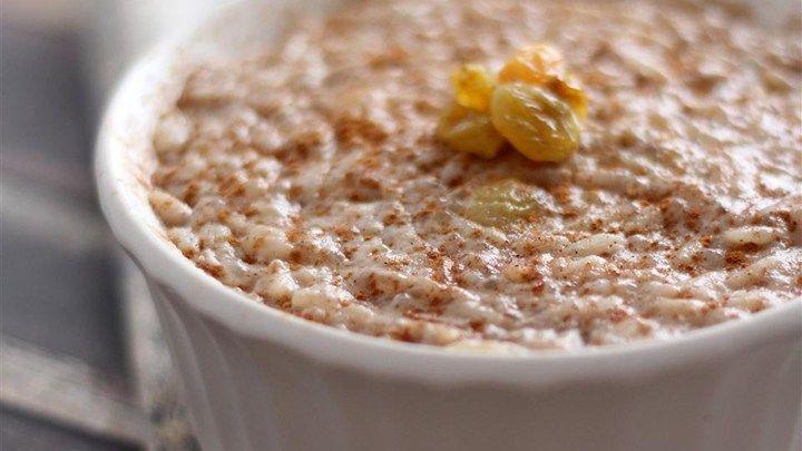 Το πιο εύκολο και απλό ρυζόγαλο. Ρίχνουμε το γάλα, το ρύζι, τη ζάχαρη και την κανέλα σε μια κατσαρόλα. Την τοποθετούμε σε μέτρια φωτιά.