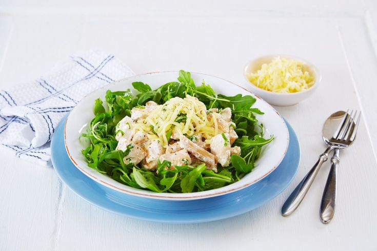 Oppskrift på deilig pastarett med kylling og nydelig urtesaus. Urtesausen består av Crème Fraîche, og det du måtte ha stående av friske urter.