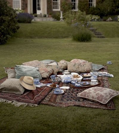 Rugs on gras for moments with friends