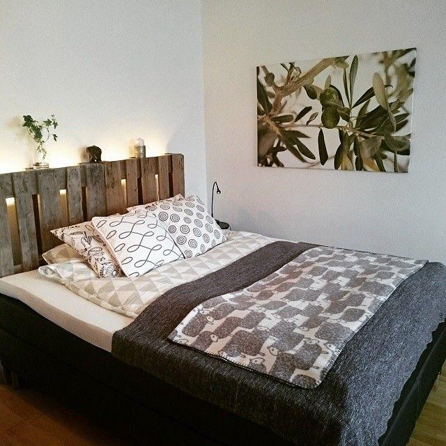 #mulpix Istället för att köpa en dyr sänggavel så fick jag tag på två lastpallar gratis. Självklart finns det mängder av snygga alternativ men jag gillar den rustika och industriella känslan mot det mjuka mönstrade och moderna. Hur ser det ut bakom er säng? :) #inredning #säng #sänggavel #lastpall #lastpallar #industriellt #renbäddat #kuddar #ikea #rusta #sleepo #murgröna #ljus #filt #inspiration #inspohome