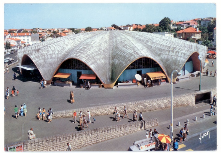 The Royan market looks like a shell. It was built in 1955 and was classed as historical monument since 2002