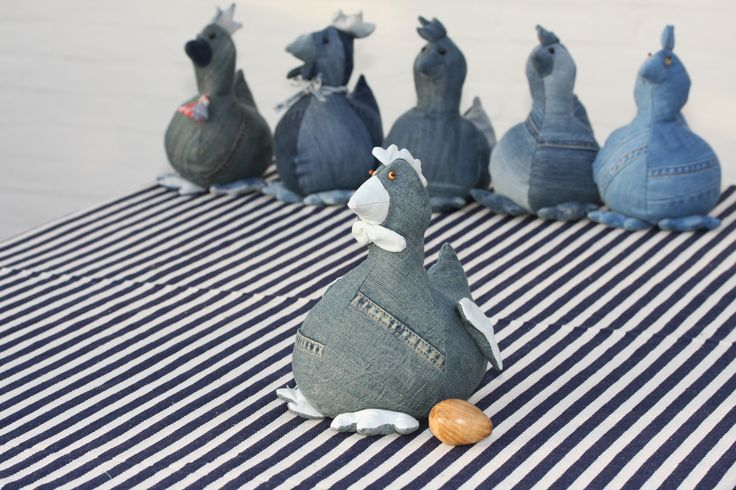Høne syet af aflagte jeans. Hen made of old jeans. The hen can lay an egg made of wood
