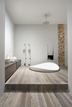 Incroyable salle de bain avec baignoire ronde encastrée au sol, parquet, cheminée… #bathroom #wood #bathtub