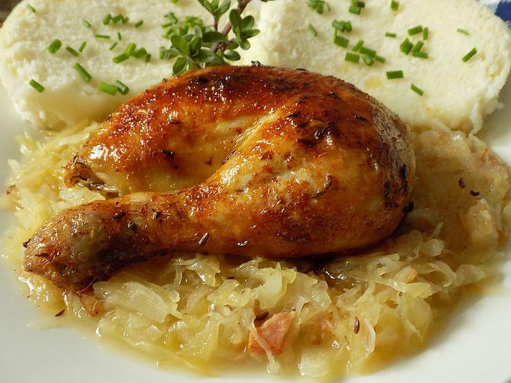 Omyté kuře osolíme a posypeme kmínem. Z patky chleba vydlabeme střídku a dáme dovnitř sádlo. Patku i se sádlem vložíme do kuřete a zajistíme...
