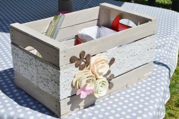 Scopri come decorare una cassetta della frutta in stile shabby chic per realizzare un complemento d'arredo originale e molto utile